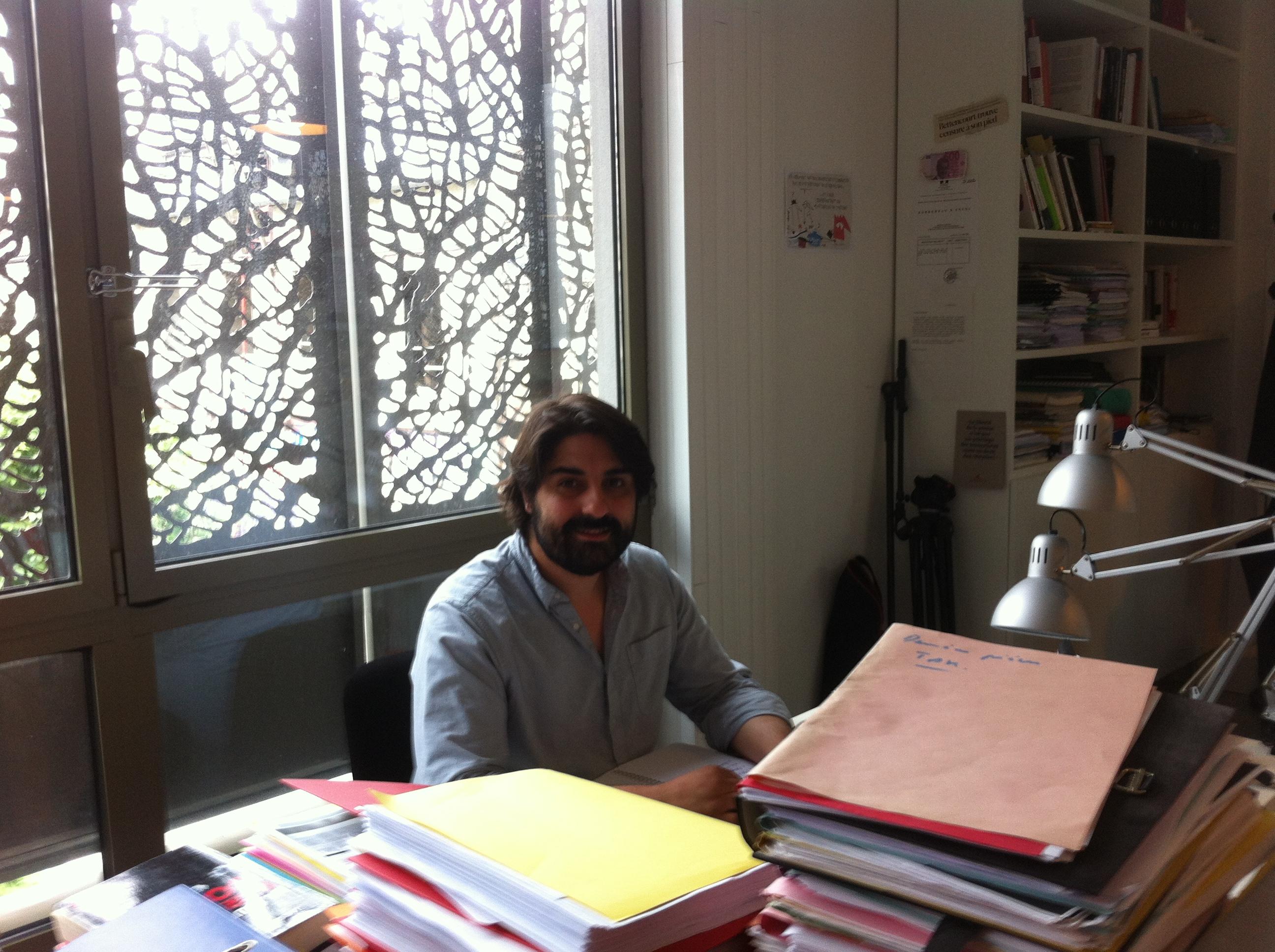 Fabrice Arfi, le journaliste qui a révélé l'affaire Cahuzac pour Mediapart, a son bureau en mai 2015. Photo DSJC.
